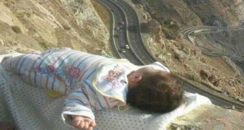 """""""طفل الحافة"""".. صورة هزّت السلطات السعودية!!"""