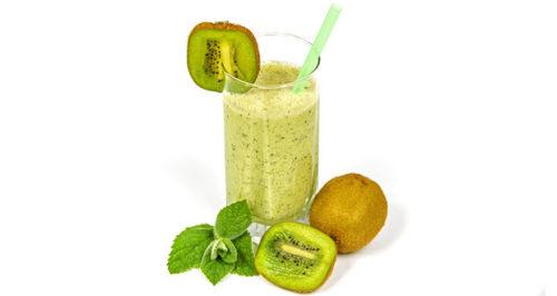 عصير الكيوي والتفاح الأخضر بالنعناع