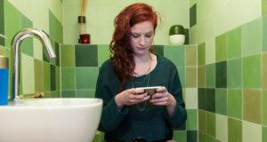 اصطحاب هاتفك الذّكي إلى الحمّام قد يقتلك