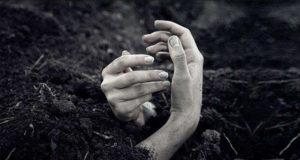 بالفيديو فتاة تخرج من قبرها بعد دفنها وهي حيّة